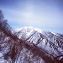 向こう側に見える山が白毛門と朝日岳。