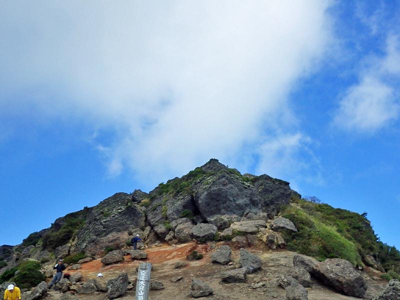 安達太良山山頂の三角点はこの上