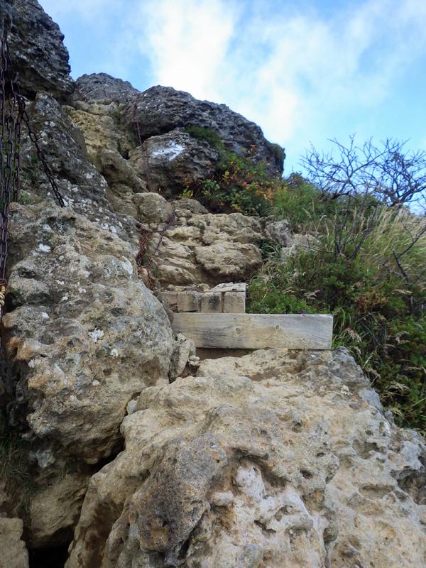 安達太良山山頂の岩場を登る