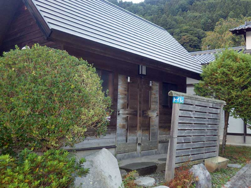 徳和駐車場前のトイレ