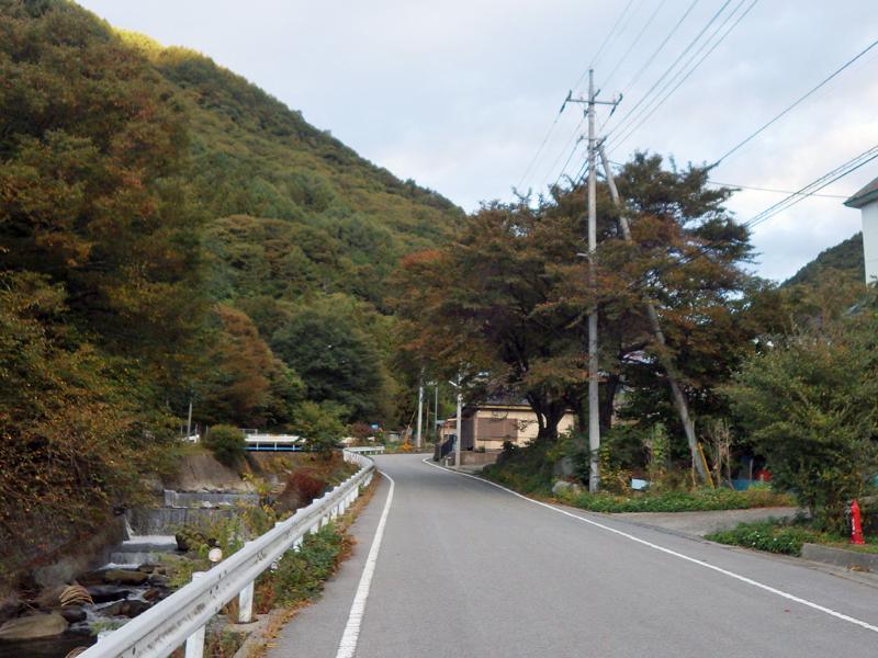 徳和集落内の車道を登山口までしばらく歩く