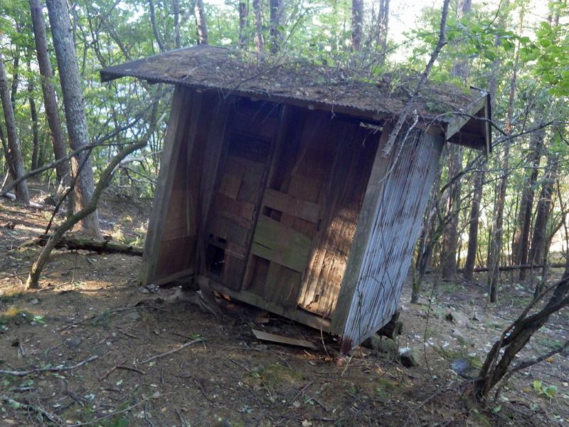 錦晶水の水場のそばにある朽ち果てたトイレ