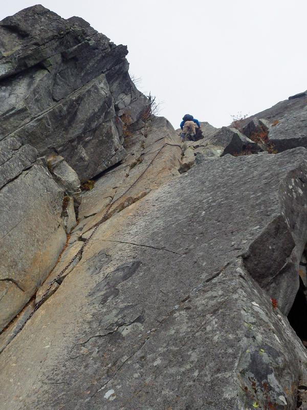乾徳山山頂直下の岩場