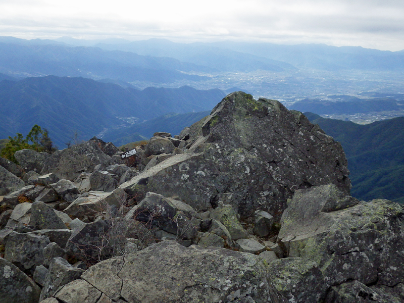 乾徳山(2031m)山頂