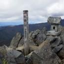 乾徳山(2031m)山頂の祠