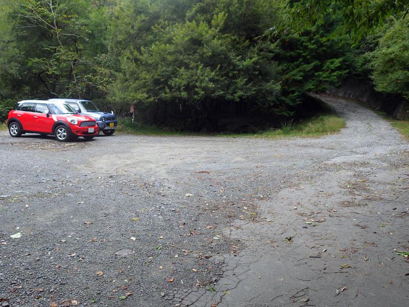 舗装路終点にある駐車スペース
