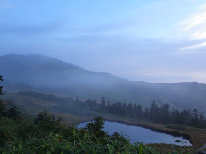 会津駒ヶ岳・駒の小屋前の池と朝もや