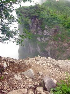 直角に曲がる登山道の先がスッパリ切れ落ちている。