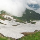五竜山荘前から見た東側斜面の雪渓。吸い込まれそう…。