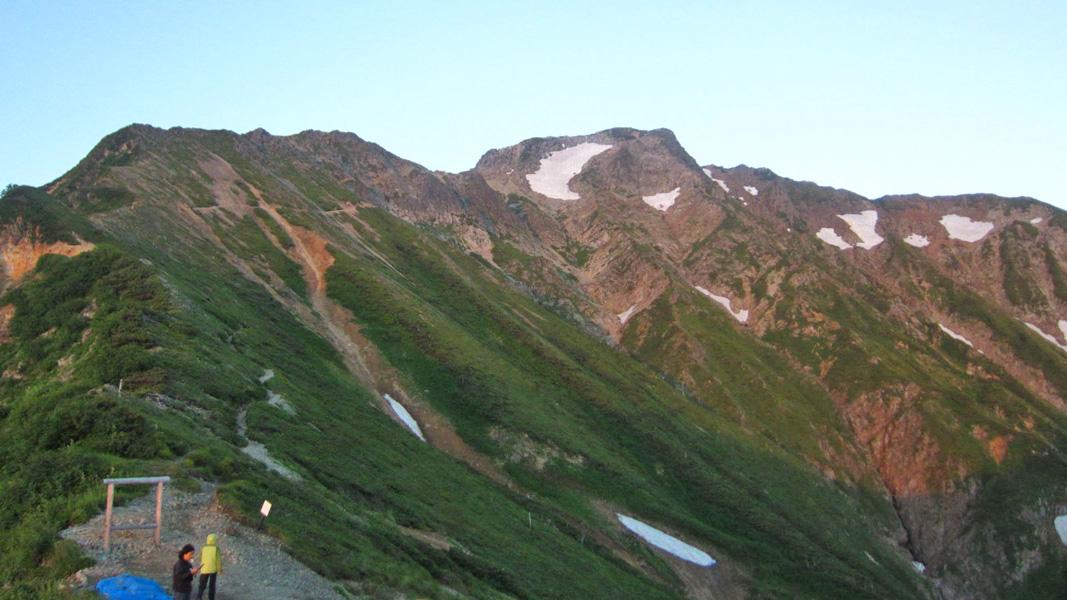 五竜山荘前から見た朝の五竜岳。