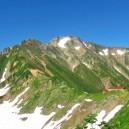 五竜岳と赤い屋根の五竜山荘。