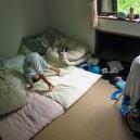 山小屋の個室で布団に興奮して暴れる幼児