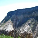 硫黄岳爆裂火口の横を登る