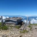 硫黄岳山頂付近にある、雨量計を設置してあった小屋