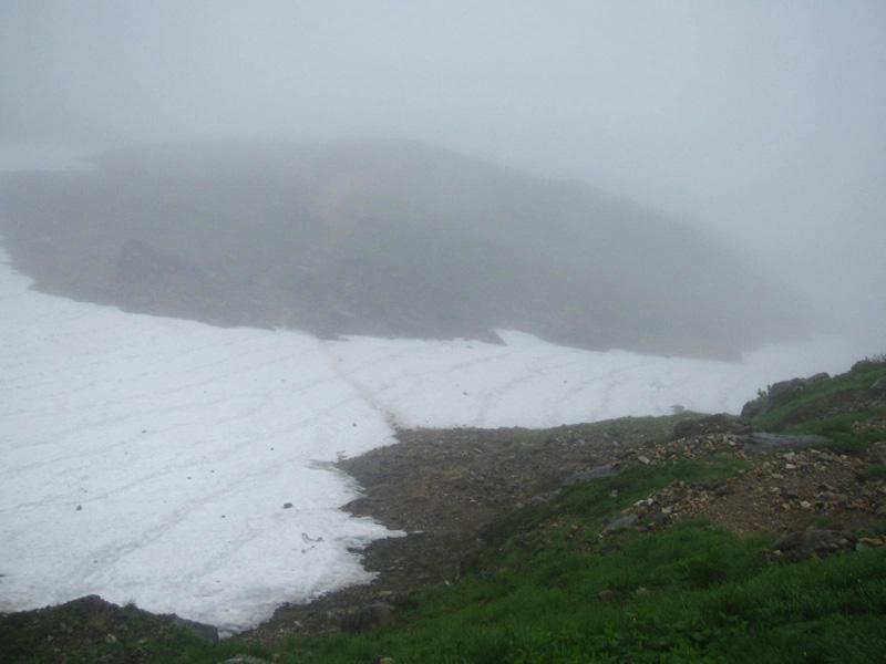 鑓温泉への下り、最初の雪渓