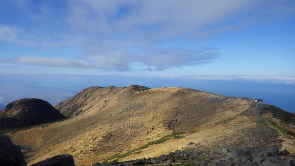 鳥海山・御浜小屋の向こうに続く稜線