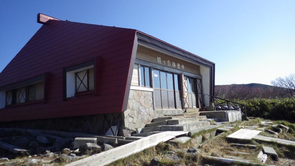 山頂駅側のトイレはこの小屋の裏