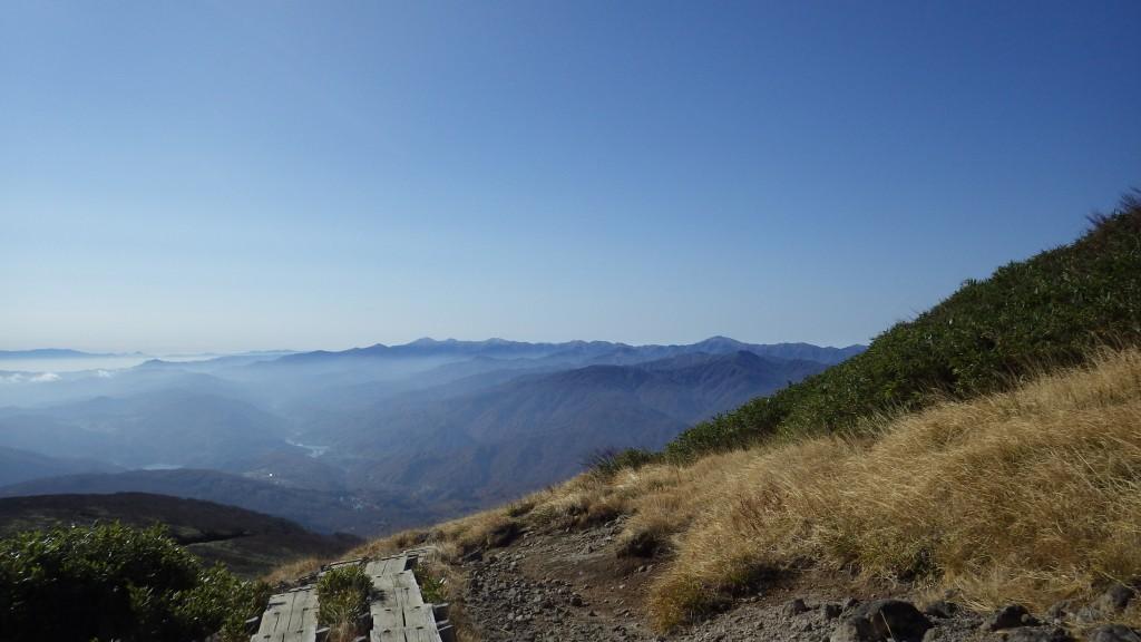 月山湖と遠くに見える朝日岳