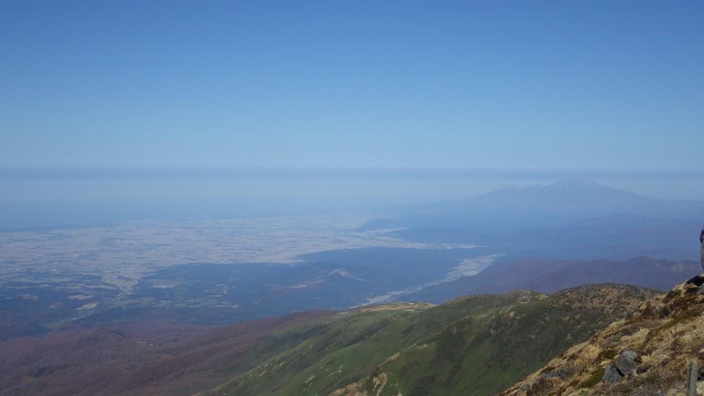 山頂から見た庄内平野と鳥海山
