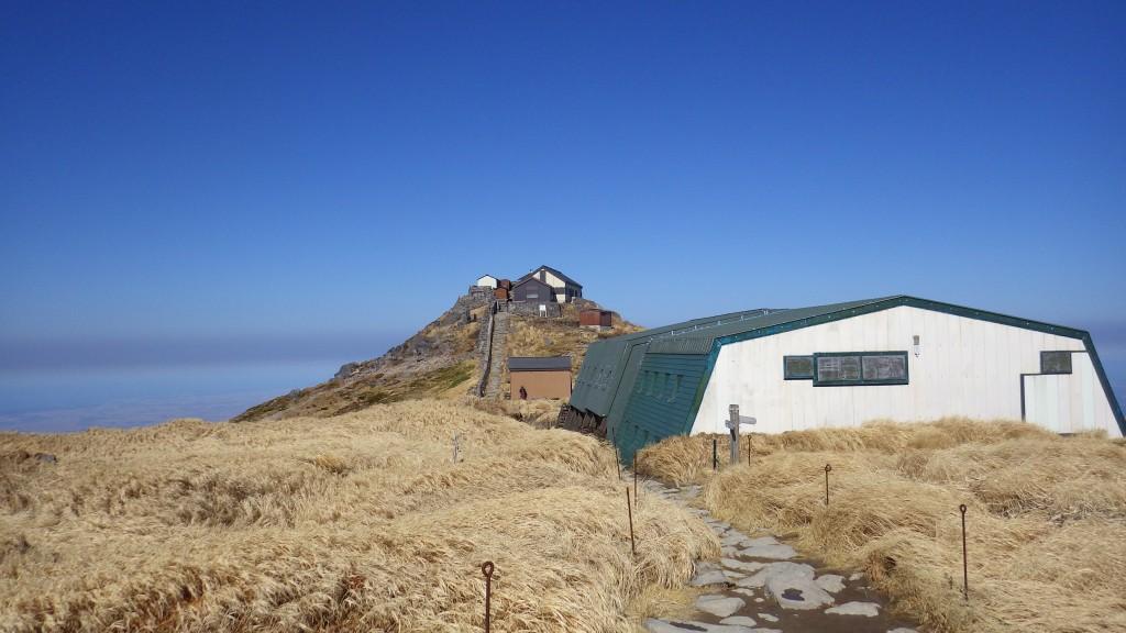 月山神社と頂上小屋