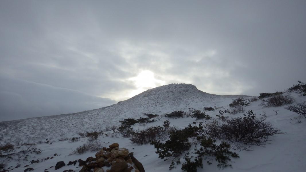 小屋からひと登りした所から見た篭山