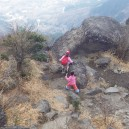 山頂の岩場で遊ぶ