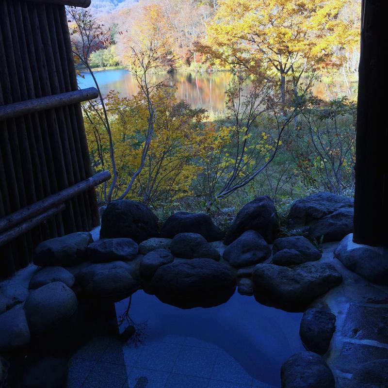 露天風呂から見る志津温泉の五色沼