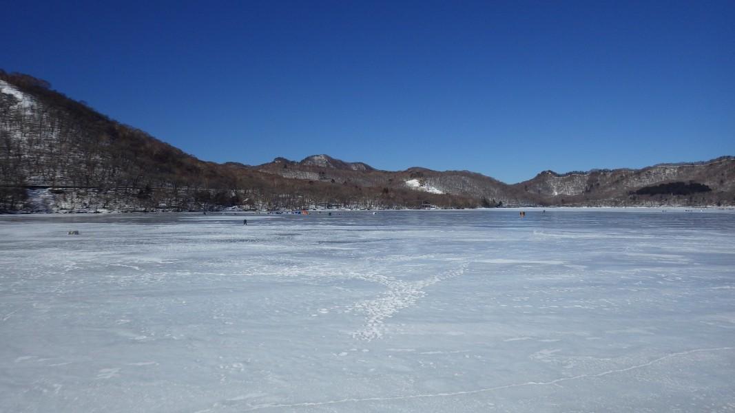 凍結した大沼の様子