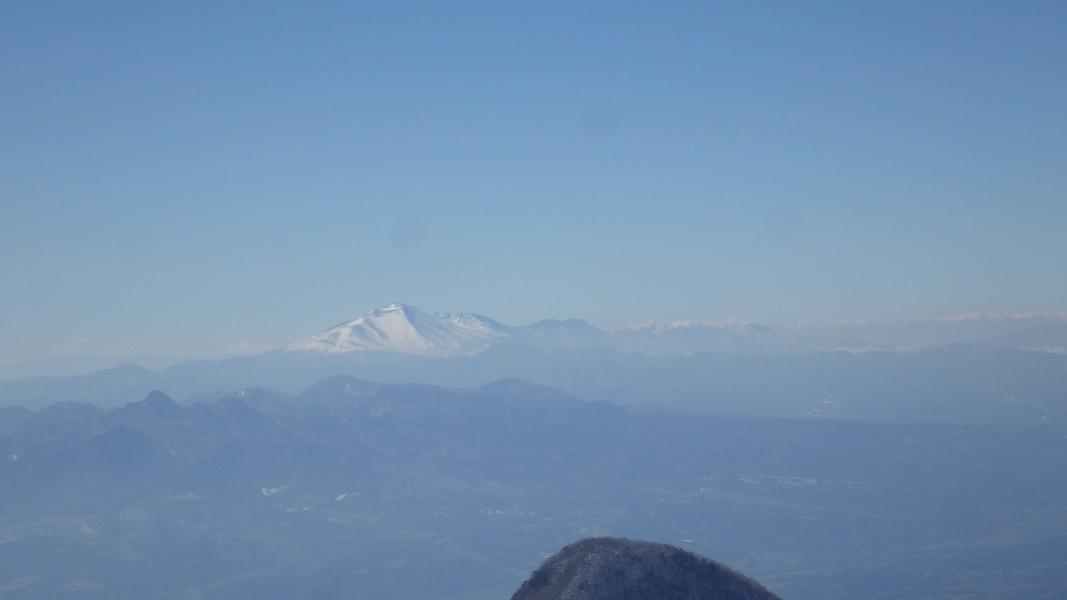 榛名山の向こうの浅間山