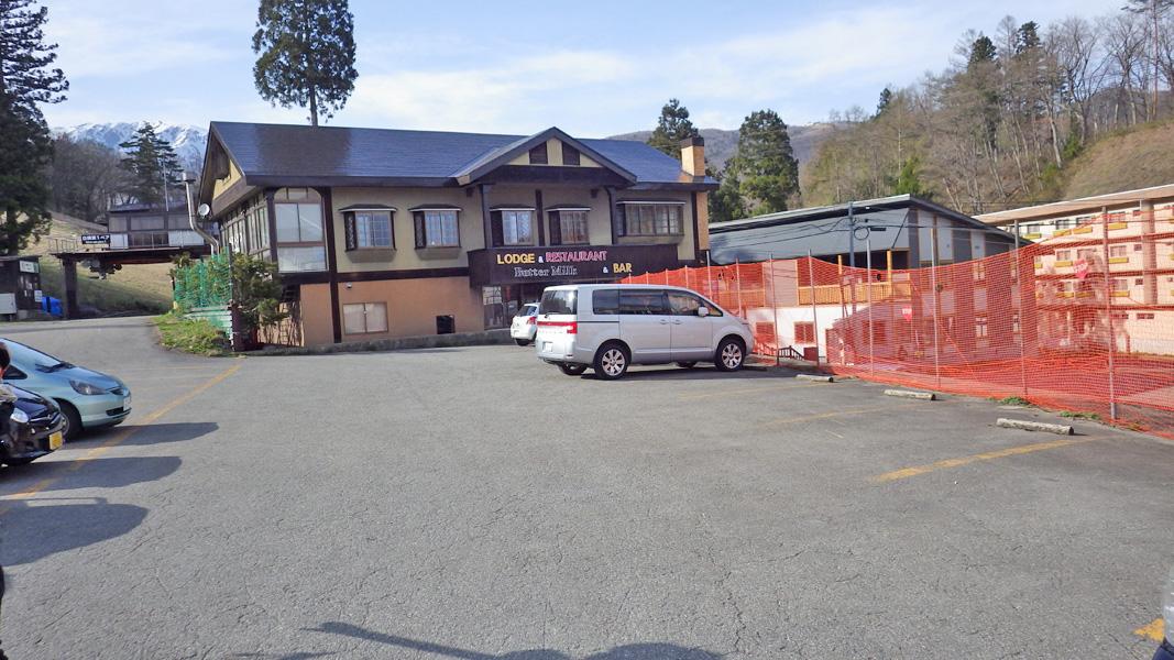 八方尾根スキー場ゴンドラ乗り場前の駐車場。