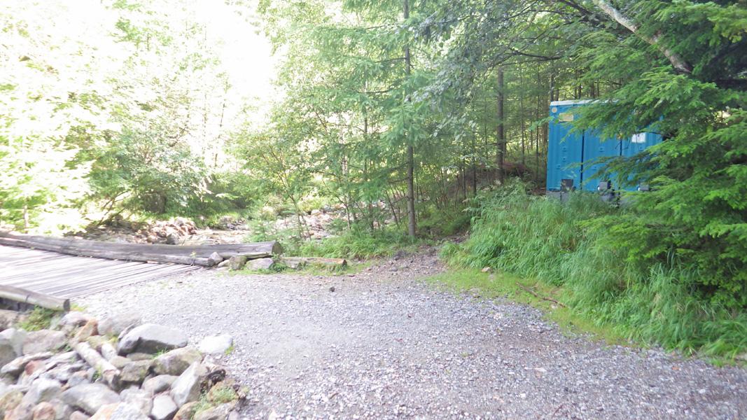 桜平登山口駐車場そばのトイレ
