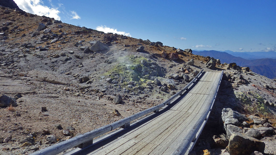 茶臼岳西側の噴気口