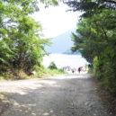 本栖湖湖岸への道