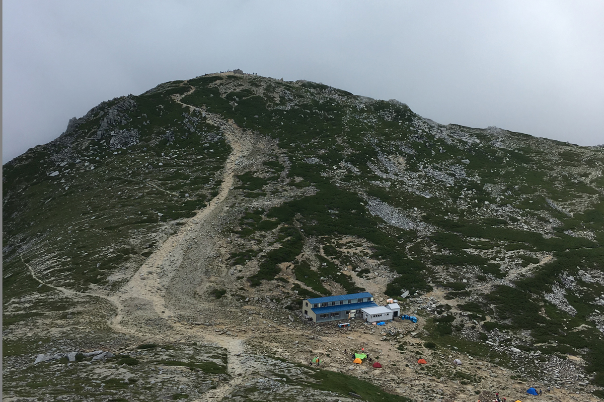 駒ヶ岳頂上山荘とテン場
