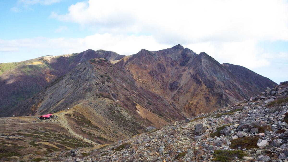 朝日岳と峰の茶屋後避難小屋