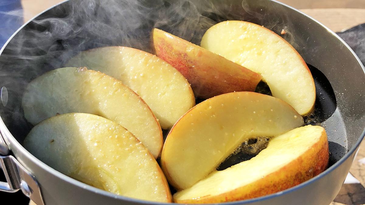 りんごとシナモンのカラメルソテー