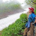 雪渓ぞいの登山道