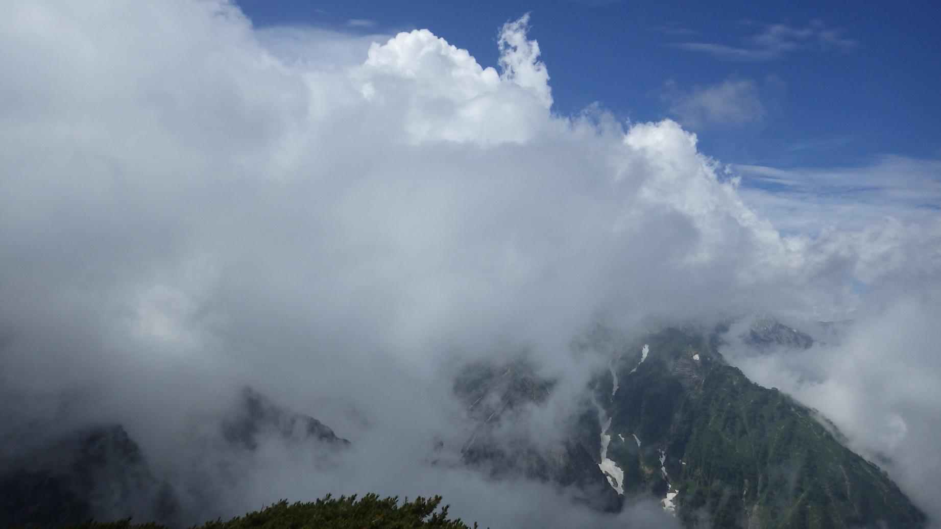 雲に包まれた白馬
