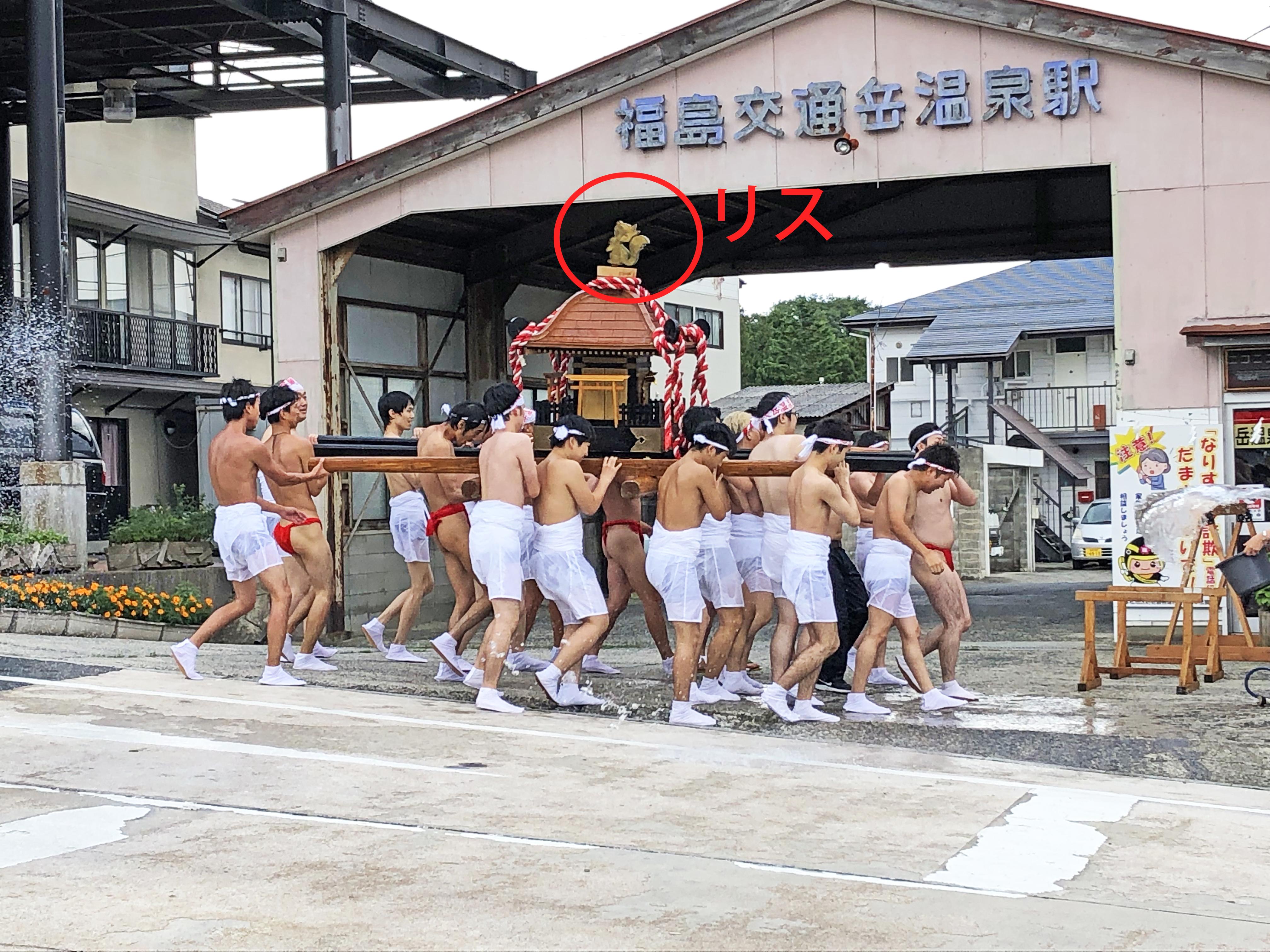 岳温泉神社の神輿の上にりす