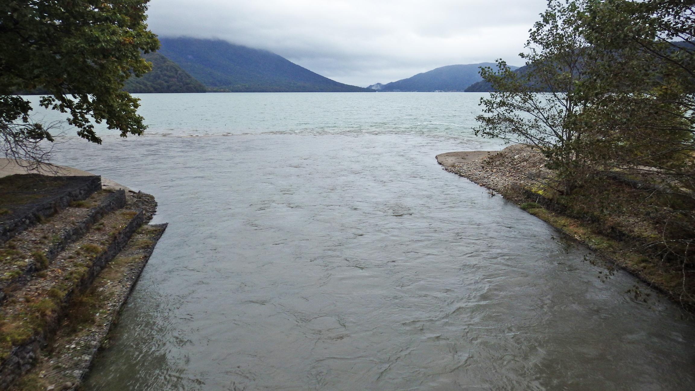 湯川が中禅寺湖に注ぎ込む河口