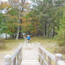 湯川の橋を渡る