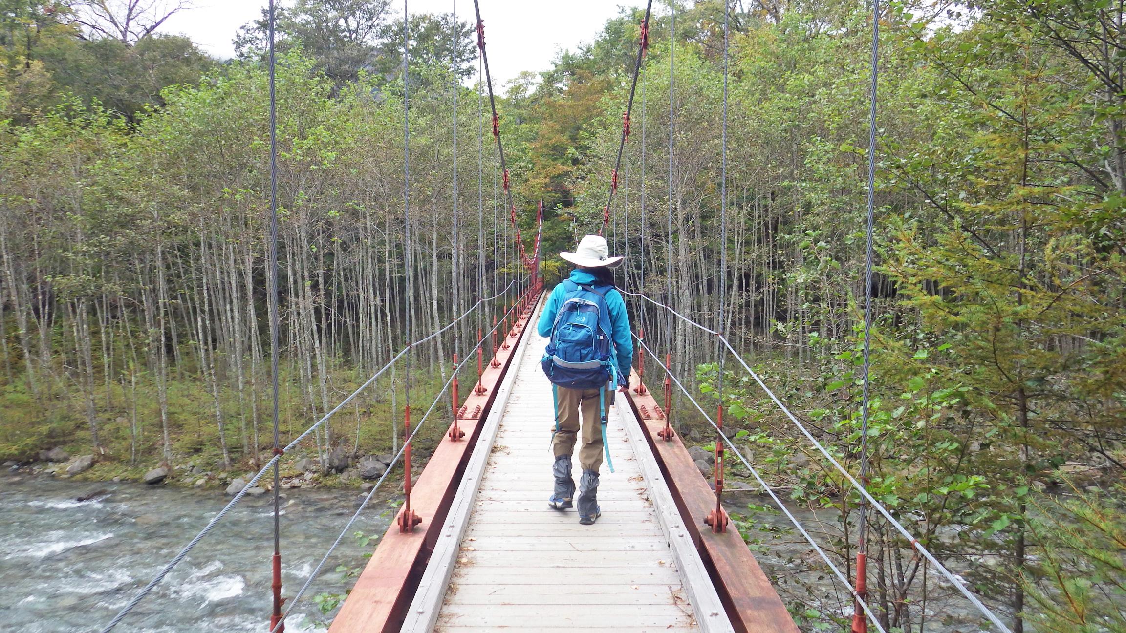 西ノ湖へ向かって吊り橋を渡る