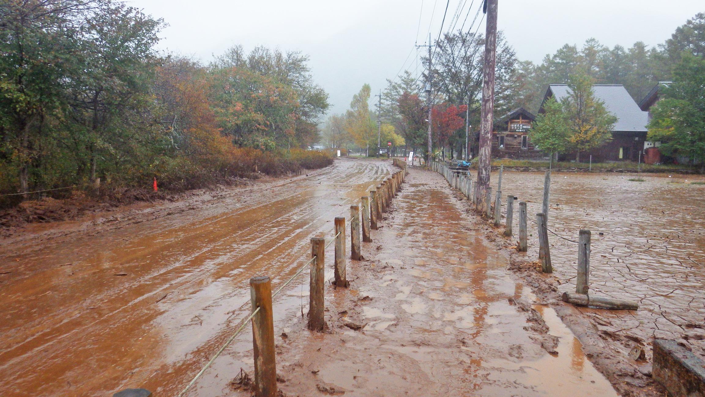 泥に覆われた赤沼駐車場