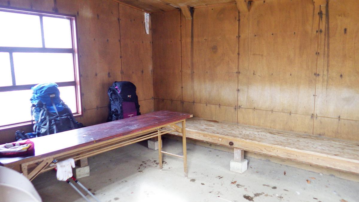 熊穴沢避難小屋の内部