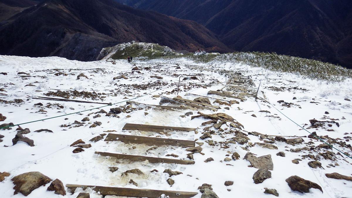 肩の小屋手前にある階段