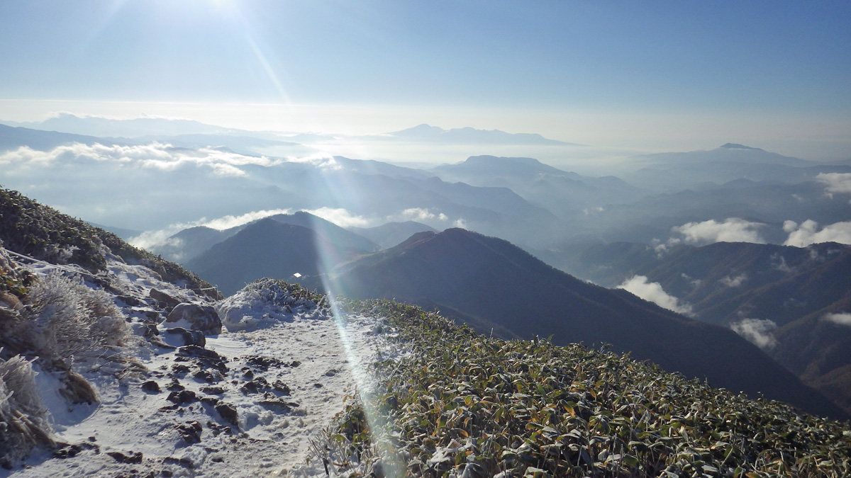 谷川岳肩の小屋近くから見た南側の眺め