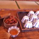 黒百合ヒュッテ食堂兼休憩室のお茶とかりんとう