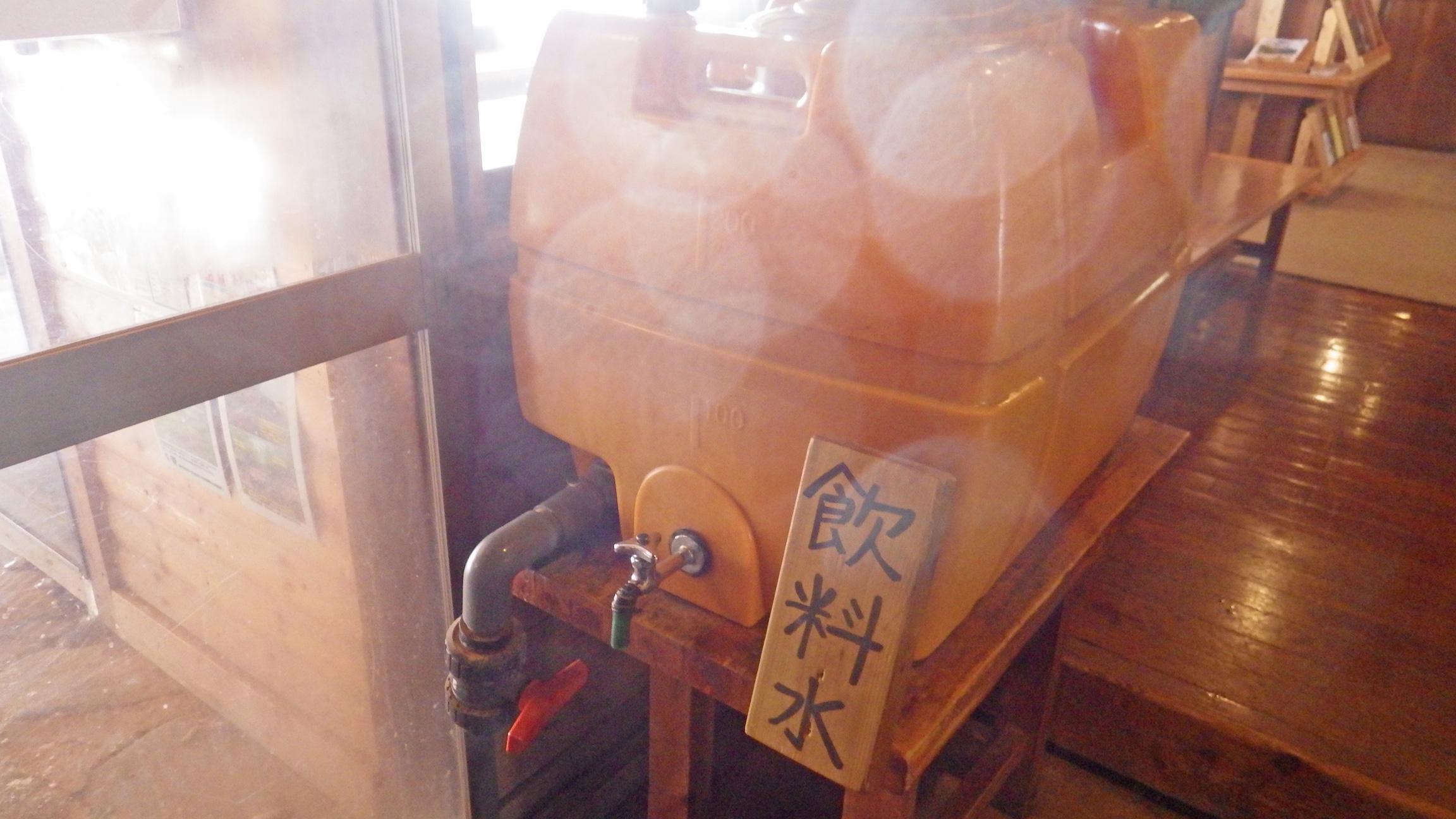 赤岳鉱泉入口横にある飲料水ポリタンク