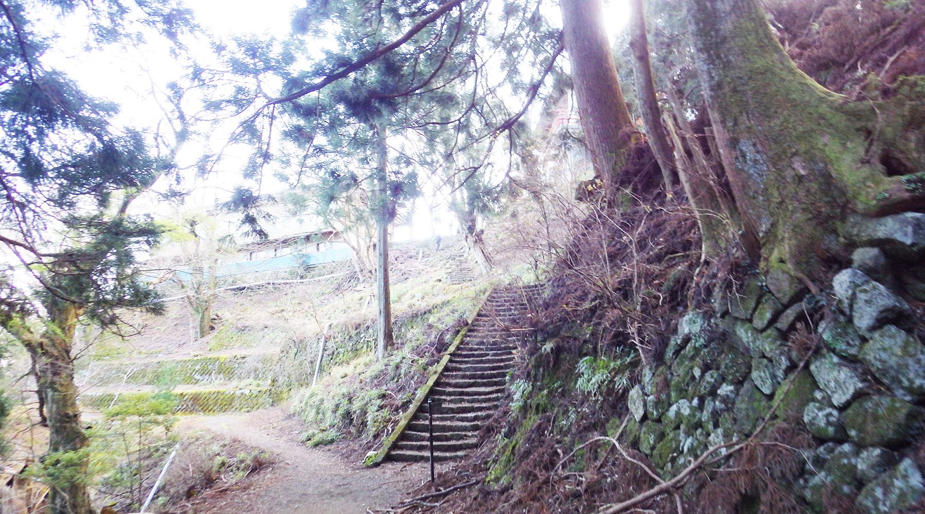 ルーメソの裏につながる階段
