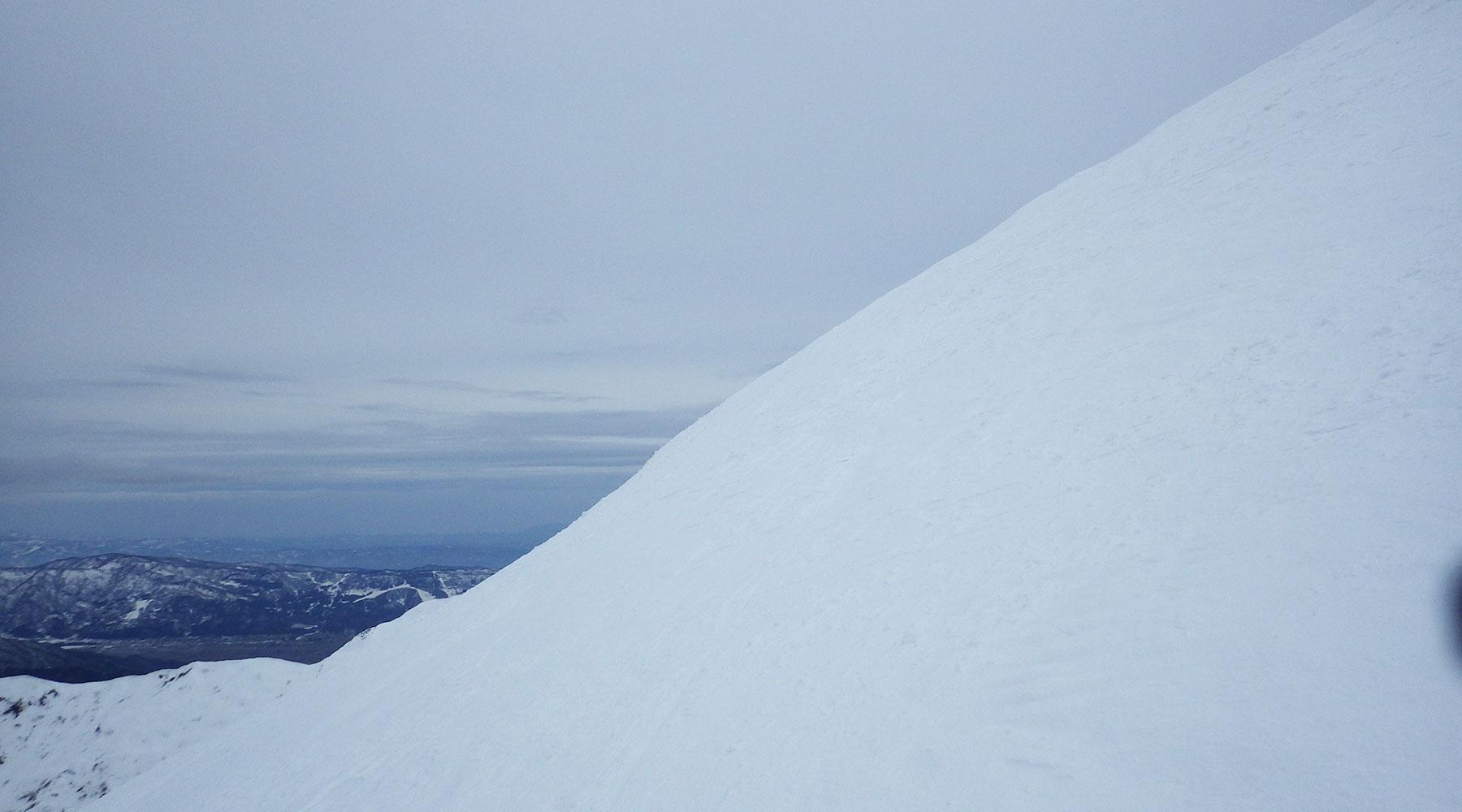 ニセ巻機山の斜面
